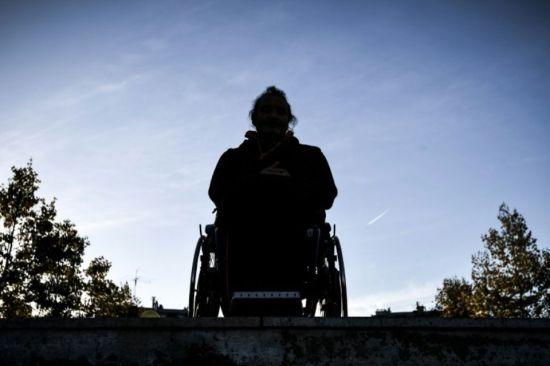 1158465-un-homme-en-chaise-roulante-pose-devant-les-escaliers-d-une-station-de-metro-a-paris-lors-d-une-mani.jpg